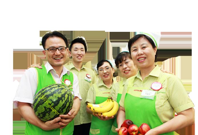 직원 다섯명이 두손에 과일 들고 웃고 있다